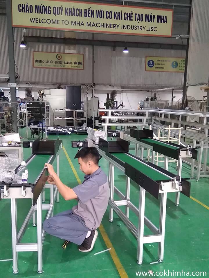 Băng tải PVC 2 tầng có bàn thao tác